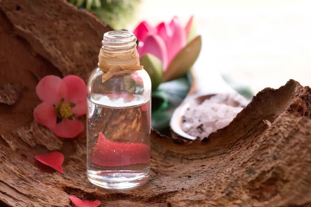 eau-florale-rose-bienfaits-visage-corps