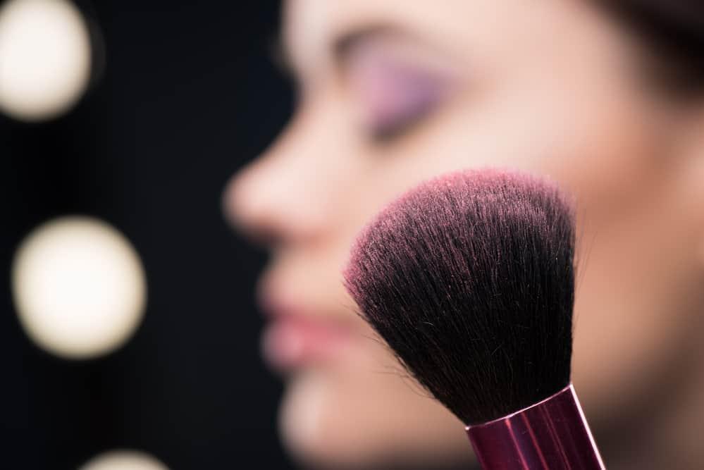 appliquer-blush-maquillage-astuces