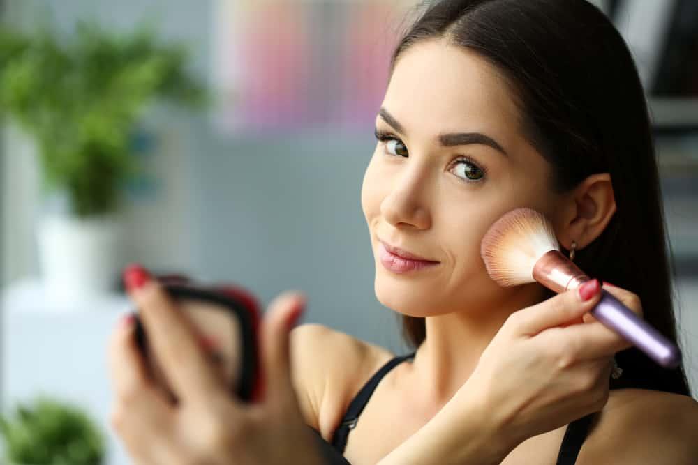 appliquer-blush-maquillage-poudre-creme-techniques-astuces