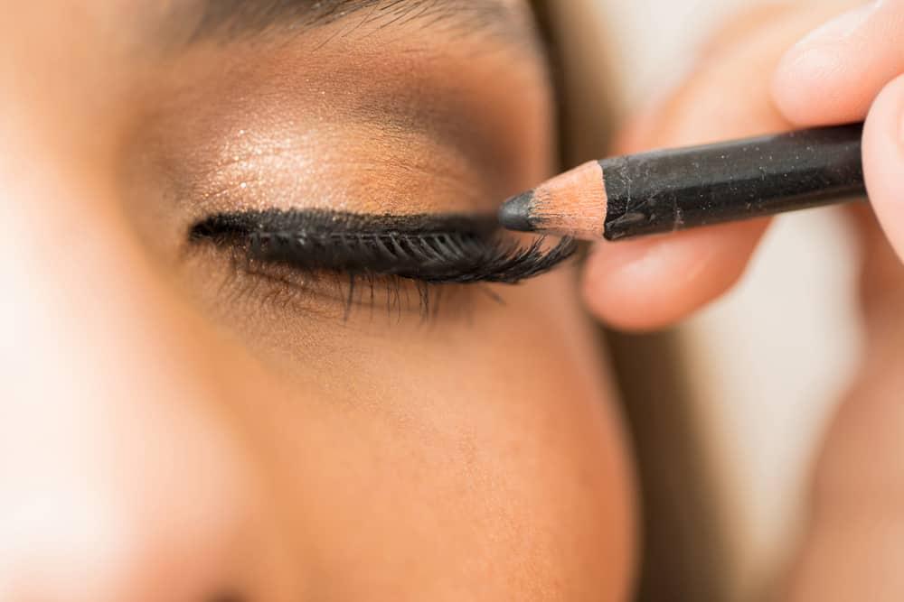 crayon-noir-yeux-bien-appliquer-astuces-maquillage
