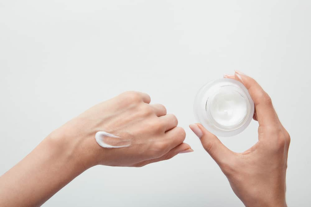 astuces-beaux-ongles-hydratation-mains