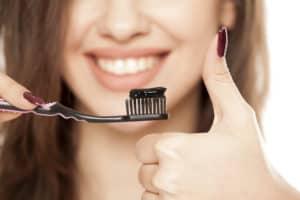 dentifrice-charbon-actif-dents-blanches-sourire-éclatant