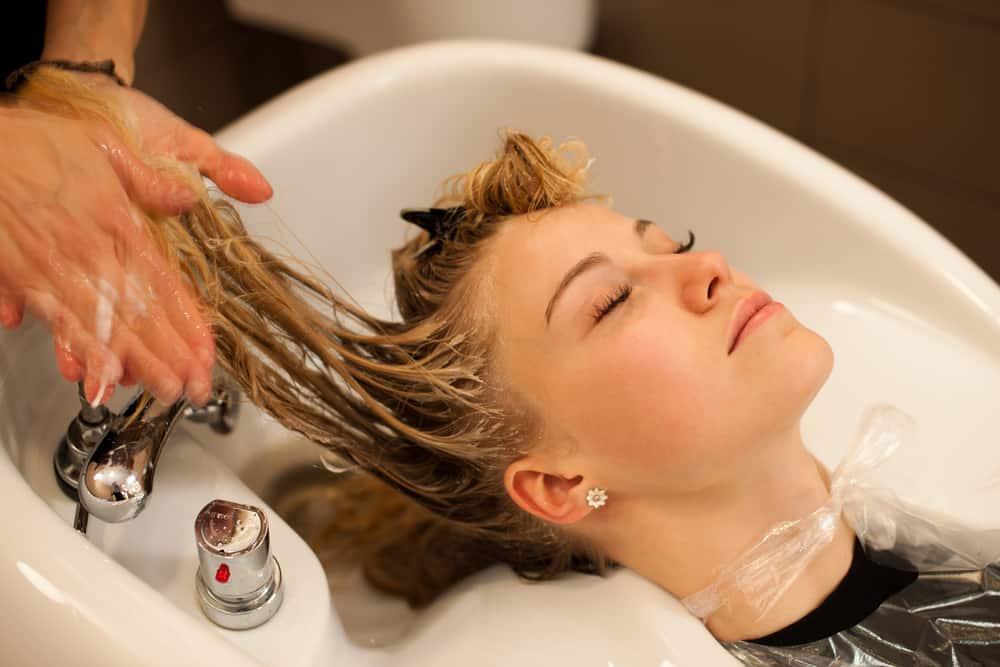 blond-polaire-cheveux-coloration-soins-capillaires
