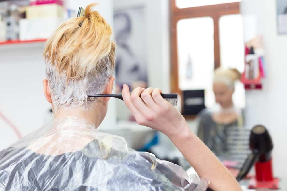 blond-polaire-cheveux-coloration-soins-entretien