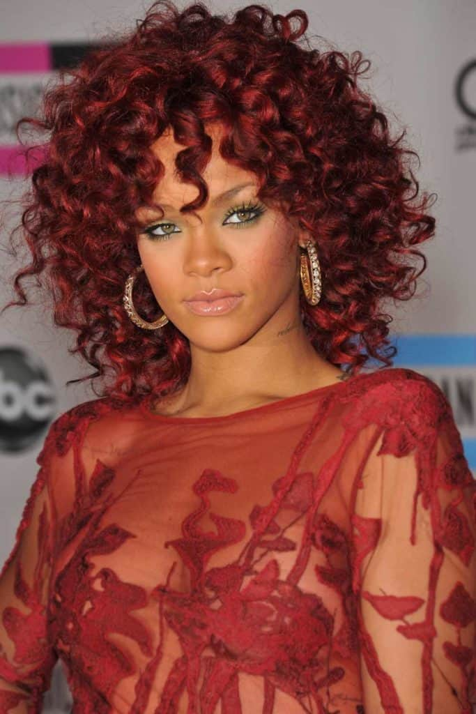 cheveux-bordeaux-burgundy-reussir-coloration-capillaire-rihanna
