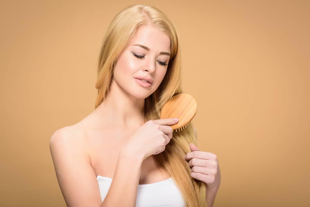 passer-brune-blonde-sans-abimer-cheveux-bruns-coloration-entretien