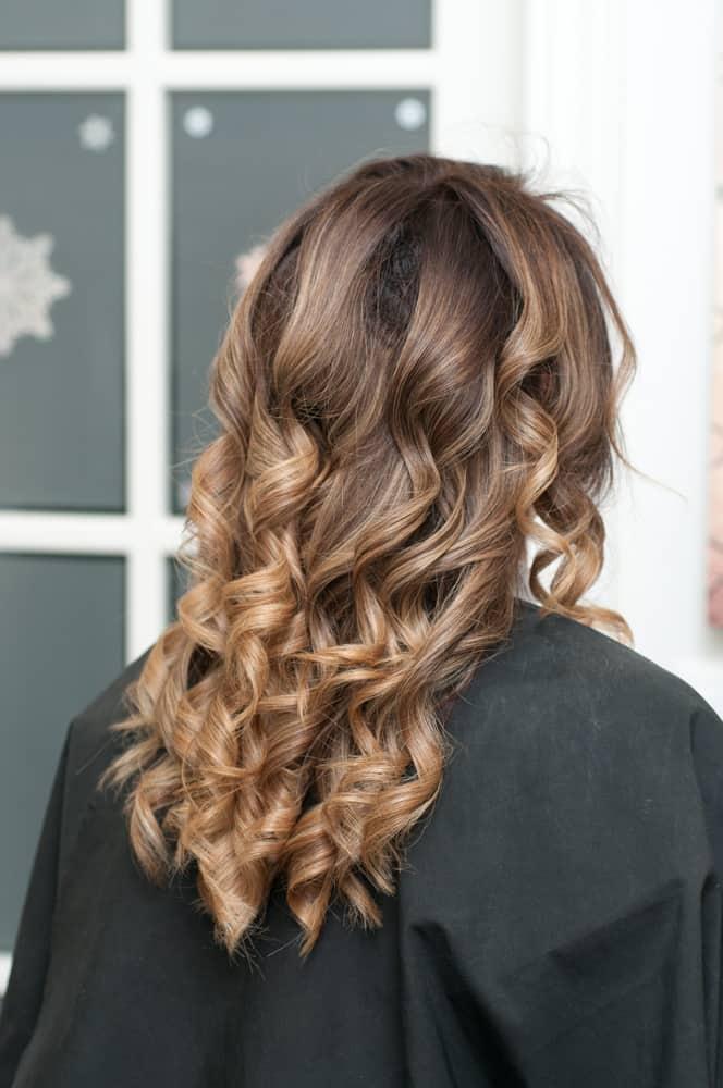 balayage-cheveux-bruns-coloration-capillaire-partielle-technique