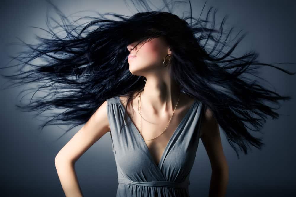 coloration-cheveux-noir-ebene-entretien-guide