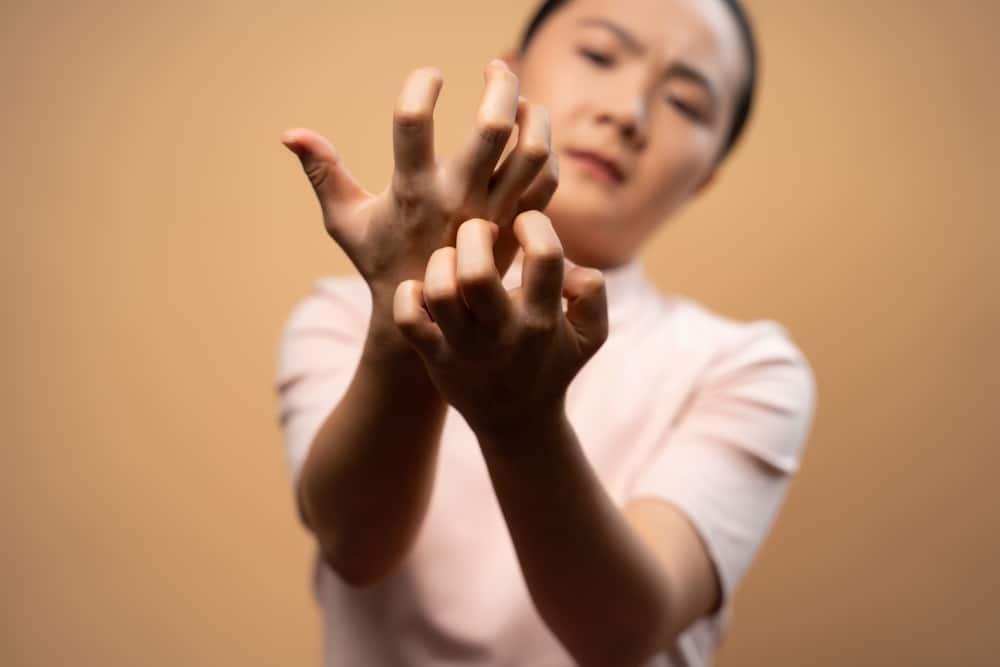 identifier-traiter-son-allergie-maquillage-demangeaisons-mains