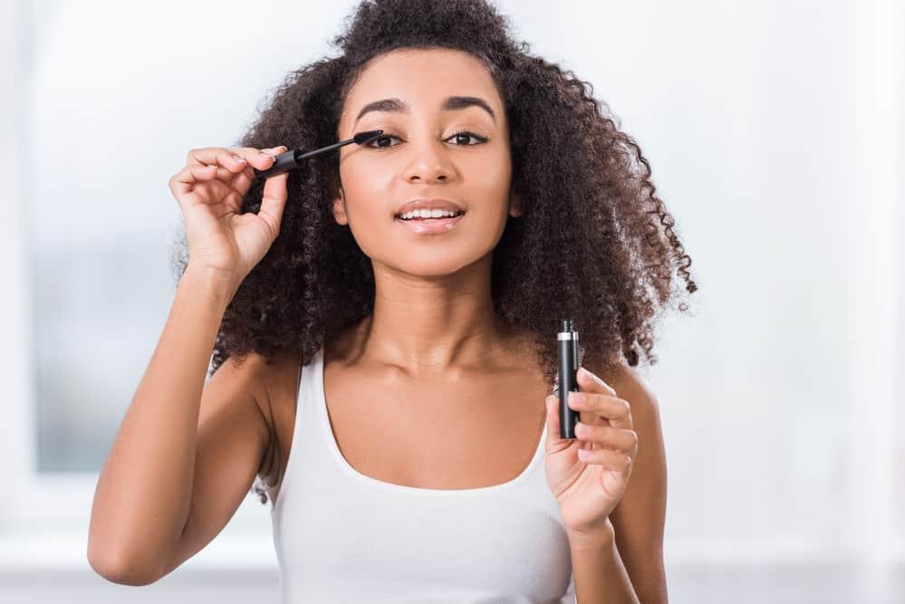 mascara-volumateur-application-maquillage-yeux-cils