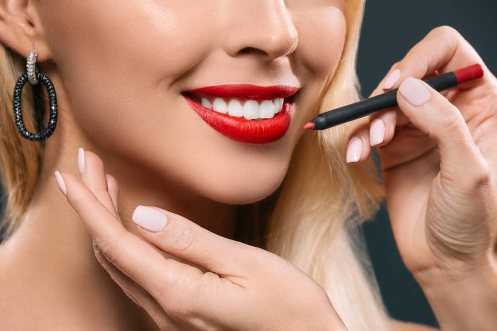 rouge-a-levres-rouge-classique-blonde-maquillage-comparatif