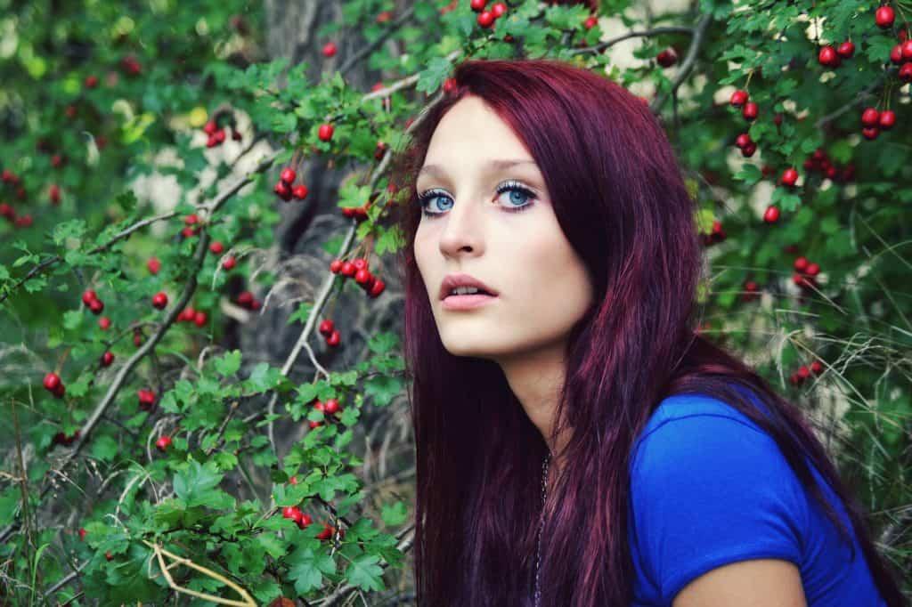 coloration-capillaire-couleur-prune-cheveux