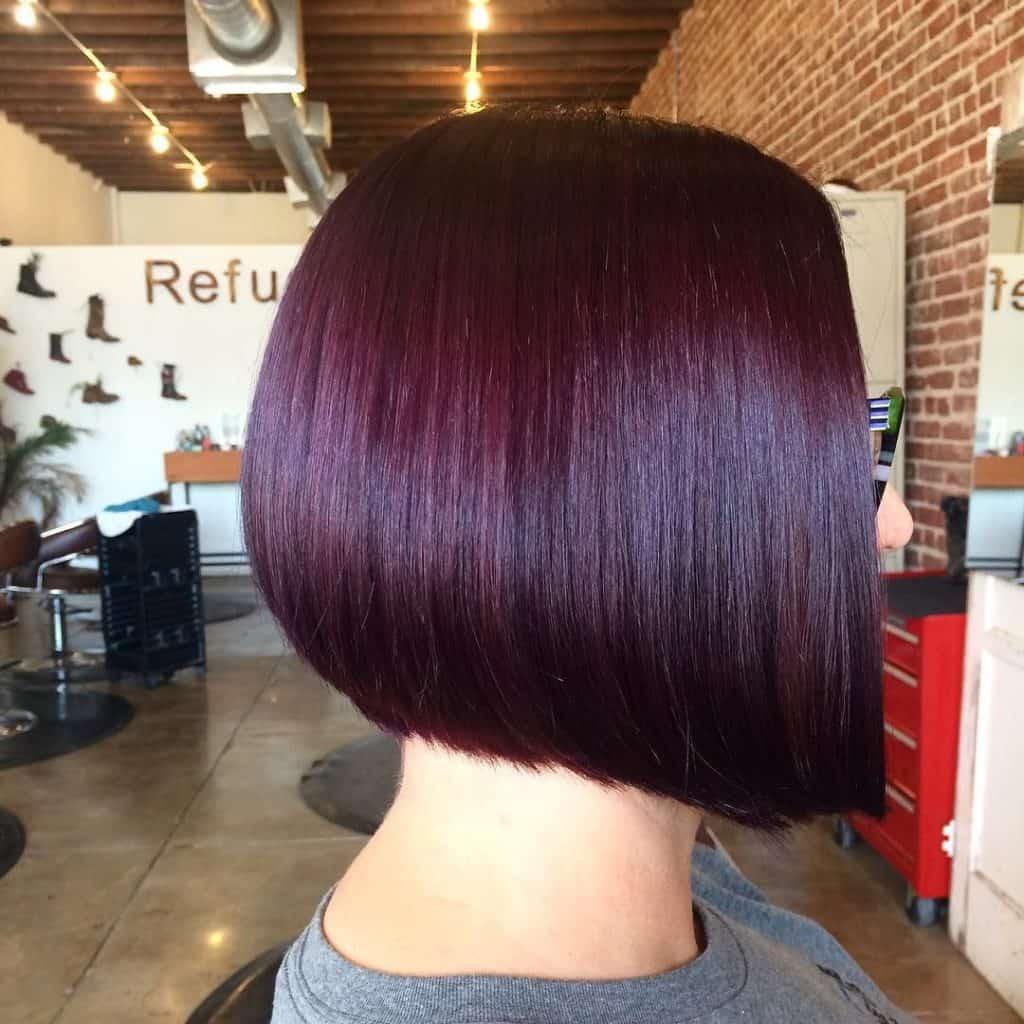 coloration-capillaire-couleur-prune-cheveux-courts