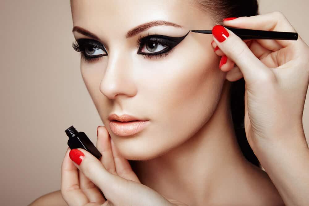 comment maquiller des yeux noirs astuces